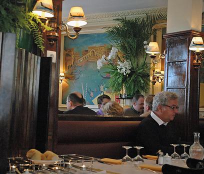 שימו לב לציורי הגונדולות שעל המנורות. רלה דה וניז (צילום: יפה עירון קוץ) (צילום: יפה עירון קוץ)