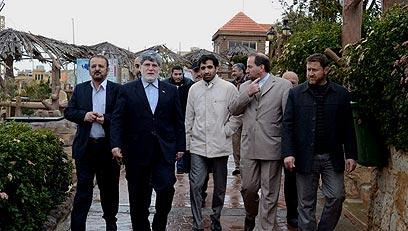 יועצו של אחמדינג'אד (שני משמאל) מסייר בדרום לבנון ()
