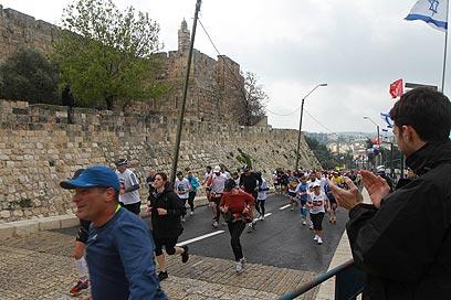 """""""המרתון מצוין בשביל ירושלים ובשביל הירושלמים"""" (צילום: גיל יוחנן) (צילום: גיל יוחנן)"""