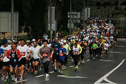 עומסי תנועה כבדים בכל רחבי העיר. מרתון ירושלים, הבוקר (צילום: גיל יוחנן) (צילום: גיל יוחנן)