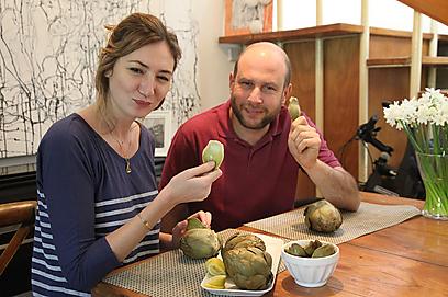 אוכל מקומי  - אורי מאיר-צ'יזיק עם מיכל אנסקי (צילום: אסף רונן ) (צילום: אסף רונן )