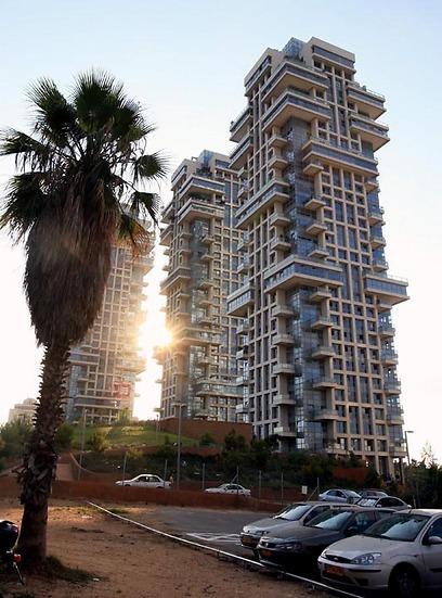 זה היה ביתו. מגדלי אקירוב בתל אביב (צילום: מיכאל קרמר) (צילום: מיכאל קרמר)