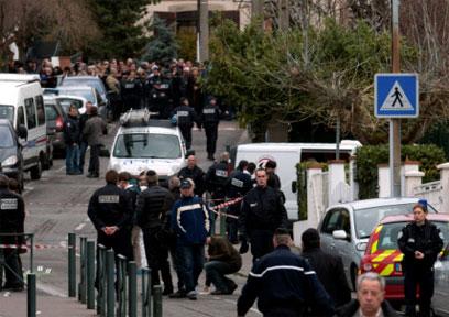 הרוצח נמלט מהמקום. זירת הפיגוע (צילום: AP) (צילום: AP)