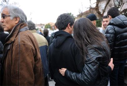 """""""זה היה מחזה אימה בפנים"""". תושבים נסערים ליד בית הספר היהודי (צילום: AFP) (צילום: AFP)"""