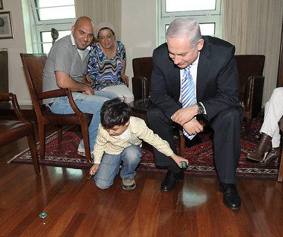 """בלשכה מתגייסים. ראש הממשלה עם אביאל והוריו (צילום: עמוס בן גרשום, לע""""מ)"""
