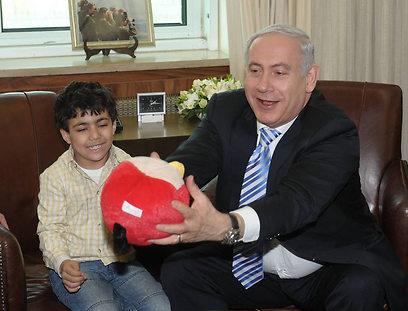 """ראש הממשלה מעניק מתנה לאביאל בפגישה היום (צילום: עמוס בן גרשום, לע""""מ)"""