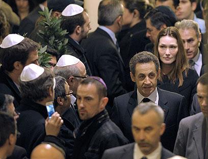 ניקולא סרקוזי וקרלה ברוני בבית כנסת בפריז, הערב (צילום: AFP) (צילום: AFP)