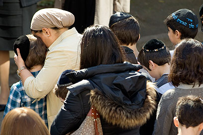 דקת דומייה בצרפת לזכר הנרצחים בבית הספר היהודי (צילום: AP) (צילום: AP)