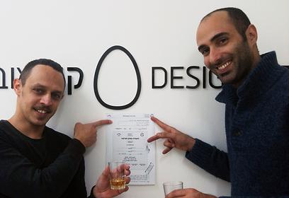 """אנשי הסטודיו """"קן עיצוב"""" מרימים כוסית במשרדים החדשים בבת ים (צילום: מייקל פבר ועודד להב, סטודיו """"קן עיצוב"""" (DESIGNEST)) (צילום: מייקל פבר ועודד להב, סטודיו"""