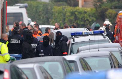כוחות משטרה ליד הבניין בו התבצר החשוד בפיגוע (צילום: AFP) (צילום: AFP)