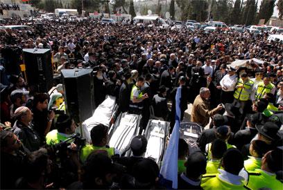 אלפים השתתפו במסע ההלוויה (צילום: רויטרס) (צילום: רויטרס)