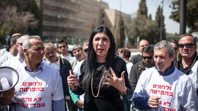 גילה אדרעי בהפגנה מול הכנסת (צילום: נועם מושקוביץ)