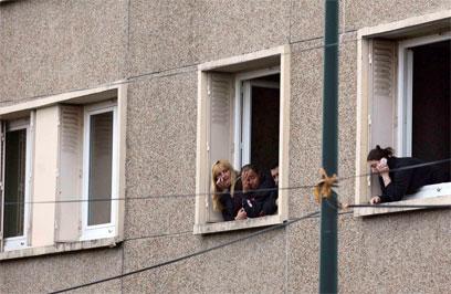 שכנים צופים במבצע מהחלון (צילום: רויטרס) (צילום: רויטרס)
