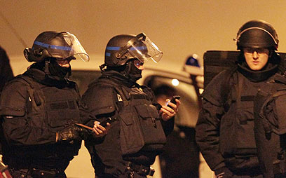 השוטרים סביב ביתו של המחבל בטולוז (צילום: AP) (צילום: AP)