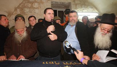 שר התחבורה עם המתפללים (צילום: מועצה אזורית שומרון) (צילום: מועצה אזורית שומרון)