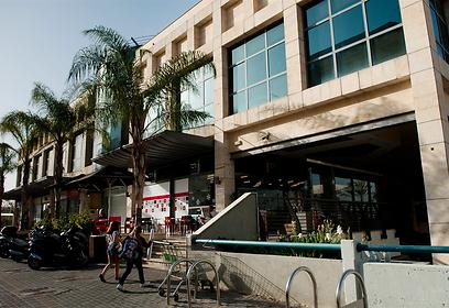 מרכז מסחרי לא רחוק מהשכונה (צילום: ירון ברנר)