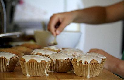 עוגות קישואים קטנות ורכות (צילום: הילה קריב ) (צילום: הילה קריב )