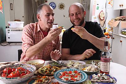 ארוחה מקומית עם חבר מקומי - אורי מאיר-צ'יזיק ושי אביבי (צילום: אסף רונן ) (צילום: אסף רונן )