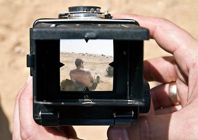 מבט אל תוך העינית הבהירה של המצלמה (צילום: יניב ברמן) (צילום: יניב ברמן)