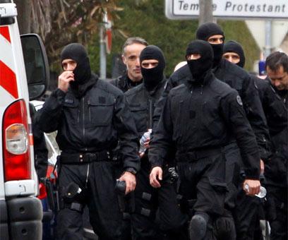 כוחות מיוחדים יוצאים מבית מראח אחרי המצור (צילום: רויטרס) (צילום: רויטרס)
