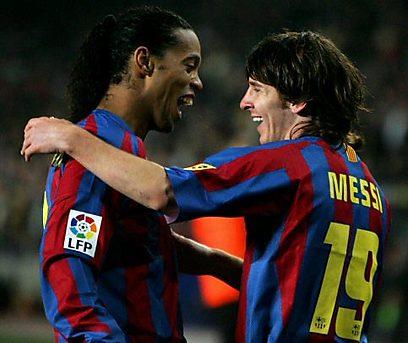 """מסי עם רונאלדיניו. """"ברצלונה לא תלויה בי"""" (צילום: רויטרס)"""