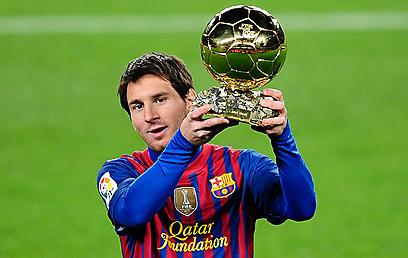 מניף עוד גביע. מחזיק באין ספור תארים אישיים וקבוצתיים (צילום: AP) (צילום: AP)