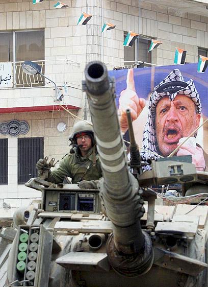 טנק ישראלי ברמאללה. המודיעין סיפק מידע על החדר המדויק (צילום: עטא עוויסאת) (צילום: עטא עוויסאת)