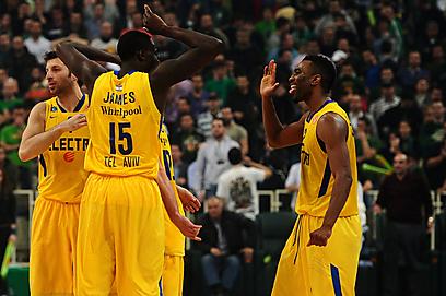 השחקנים בצהוב חוגגים את הניצחון הגדול (צילום: AFP) (צילום: AFP)
