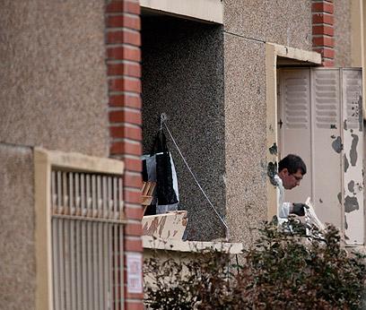 סוקרים את בית המחבל אחרי קרב היריות (צילום: AP) (צילום: AP)