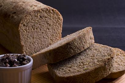 לחם בירה עם זיתים ומטבל טפנד זיתים שחורים (צילום: ראובן אילת) (צילום: ראובן אילת)