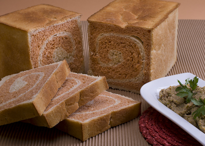 לחם קסטן אדום-לבן עם מטבל קישואים  (צילום: ראובן אילת) (צילום: ראובן אילת)