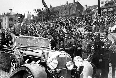 """הצורר היטלר בגרמניה הנאצית. """"המשיך לגדל את בנותיו עוד 17 שנה"""" (צילום: AFP) (צילום: AFP)"""