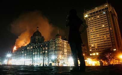 אש מיתמרת בנובמבר 2008 ממלון טאג' מאהל, בשיא מתקפת הטרור (צילום: רויטרס) (צילום: רויטרס)