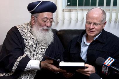 הרב עמאר עם נועם שליט (צילום: דודי ועקנין) (צילום: דודי ועקנין)