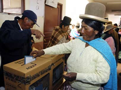 אי-שביעות רצון חברתית הובילה לנטייה פוליטית לשמאל. הצבעה בבוליביה (צילום: AFP) (צילום: AFP)