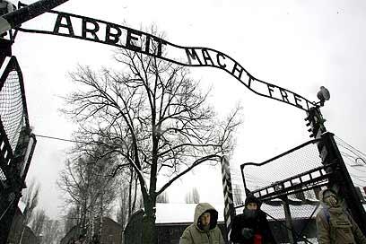 """הכניסה למחנה ההשמדה אושוויץ-בירקנאו - """"מעשיה"""", לפי קרצאפריס (צילום: AP) (צילום: AP)"""