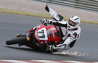 מיכאל שומאכר על אופנוע סופרבייק של דוקאטי. קבע זמנים מצויינים (צילום: AP) (צילום: AP)