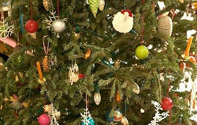 בברית המועצות לשעבר, שבה הדת הייתה אסורה מכל וכל, היה עץ האשוח סמל של חגיגיות והתחדשות, וקישוט העץ היה חוויה משפחתית מאחדת (צילום: ויז'ואל/פוטוס)