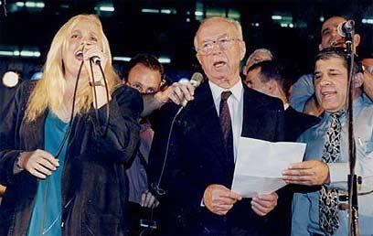 """רבין שר את """"שיר לשלום"""" עם מירי אלוני דקות לפני הרצח (צילום: מיכאל קרמר) (צילום: מיכאל קרמר)"""