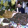דוכן זיתים בשוק בעיר
