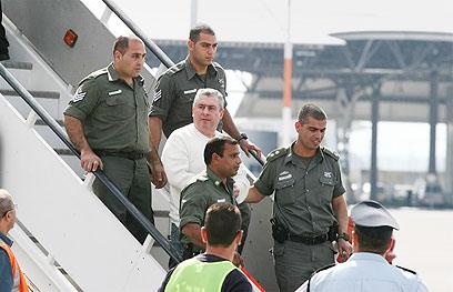 רוזנשטיין חוזר לריצוי עונשו בארץ, ב-2007 (צילום: לירון אלמוג) (צילום: לירון אלמוג)