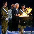 שמעון פרס מדליק משואה בחגיגות יום העצמאות ה-58 למדינה בהר הרצל
