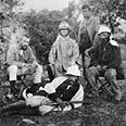 וורן, יושב משמאל, וחברי משלחתו בזמן הסקר בארץ ישראל.
