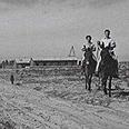 חברי כפר דרום רוכבים על פרדים בדרכם אל שדות היישוב, 1947