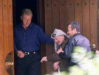 Bill Clinton, Yasser Arafat and Ehud Barak at Camp David, July 2000 (Photo: GPO)