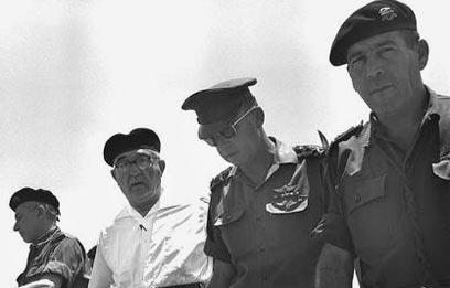 """ראש הממשלה אשכול (בלבן) בנגב עם הרמטכ""""ל רבין והאלוף טל (צילום: לע""""מ)"""