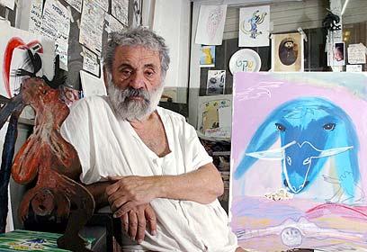 מנשה קדישמן עם יצירותיו (צילום: עמית שאבי)