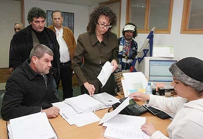 """ישראל טוויטו ז""""ל מביא את מפלגת לח""""ם לרשם המפלגות ב-2005 (צילום: גיל יוחנן) (צילום: גיל יוחנן)"""