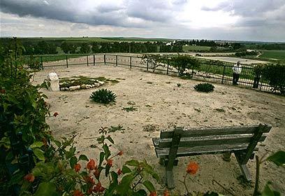 חלקת הקבר בגבעת הכלניות ליד חוות השקמים (צילום: איי פי) (צילום: איי פי)