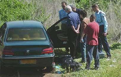 הגופה נמצאה במכונית בשדה נטוש (צילום: אבי כהן) (צילום: אבי כהן)